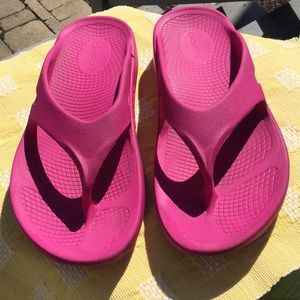 Oofos woman's size 7 pink sandals